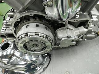 ハーレーVロッド エンジンとオイルポンプ