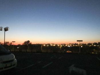 駐車場からの夕闇