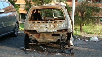 焼け落ちた車の残骸
