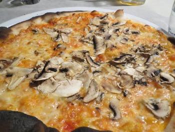 マッシュルームトマトソースピザ