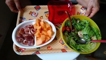 生ハムとメロン、サラダ