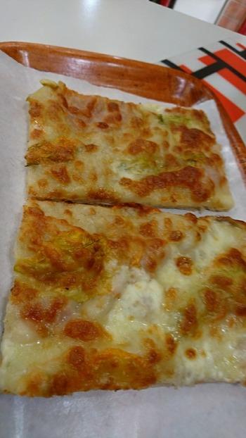 ズッキーニの花のピザ