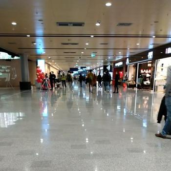 ヘルシンキ空港免税品店街