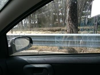 泥だらけの車窓から