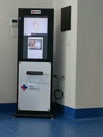 待合室の電子案内機