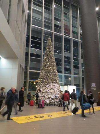 鉄道駅のクリスマスツリー