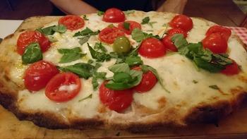 水牛チーズとミニトマトのピザ