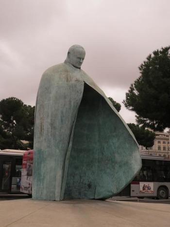 前々法王の銅像@駅前広場