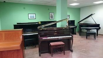 がら空きのピアノ倉庫