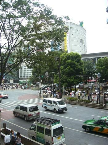 雨の渋谷駅前
