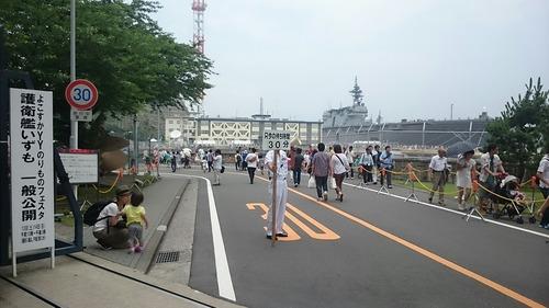 護衛艦いずも 只今の待ち時間30分 よこすかYYのりものフェスタ2015