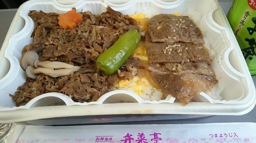 駅弁 弁菜亭 あったか牛めし 特急スーパー北斗16号車内
