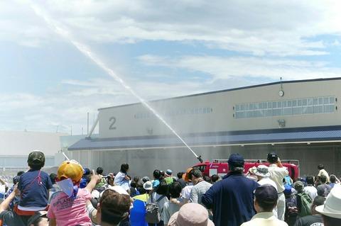 消防車 放水 陸上自衛隊 北宇都宮駐屯地 開設46周年記念行事
