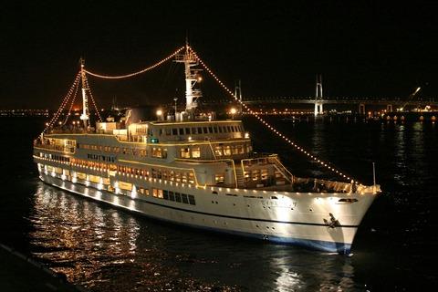 夜景 ロイヤルウイング & 横浜ベイブリッジ 横浜大桟橋