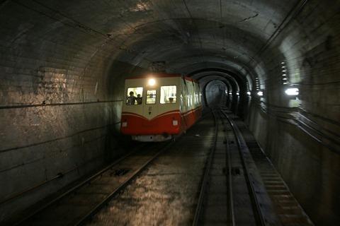 黒部ケーブルカー トンネル 立山黒部アルペンルート