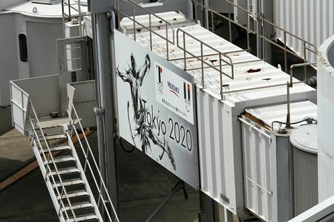 羽田空港 ボーディングブリッジ 佐野デザイン五輪エンブレム