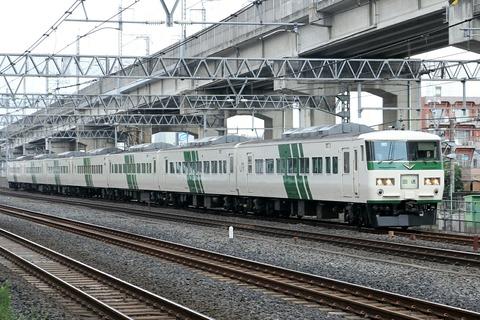 JR東日本 185系電車 リバイバルストライプ塗装 東十条