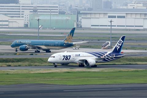 B787 Dreamliner Two-Shot RJTT