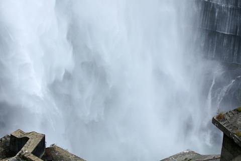 黒部ダム 中部山岳国立公園 立山黒部アルペンルート 観光放水