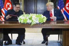 米朝、合意文書に署名 非核化実現へ前進か