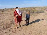 家政婦と子供砂漠で
