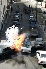 カーチェイスで爆破たて