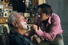 父親に髭を剃る