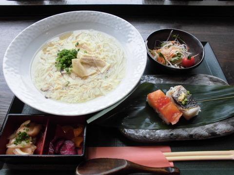 11稲庭風湯葉うどんと押し寿司御膳