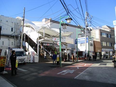 110菊名駅東口通過
