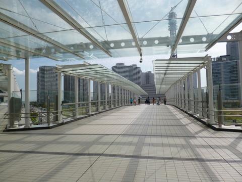 42ガラスの歩道橋1