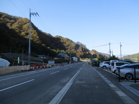04駅前の道