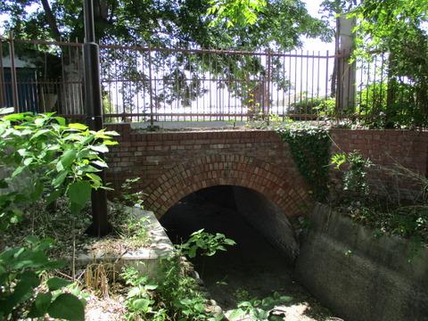 98鉄橋手前のアーチ橋