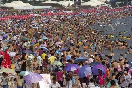 crowded_beach_china_01