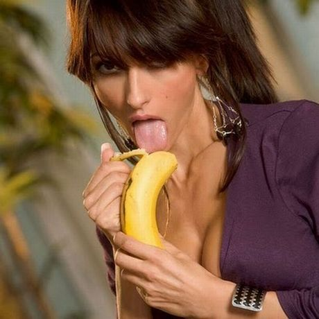 girls_eating_bananas_09