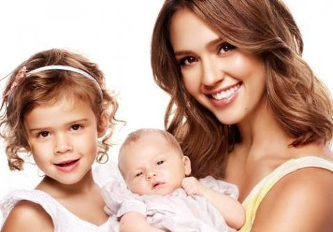 jessica-alba-and-daughters_477x333