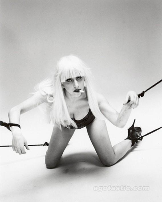 lady-gaga-topless-nobuyoshi-araki-shoot-09_e