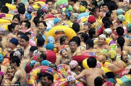 crowded_beach_china_06