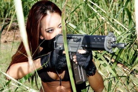 Hot_Babes_With_Guns_02