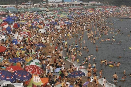 crowded_beach_china_08