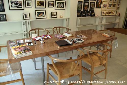 猫写真展を巡る。その7 アルバムがあるテーブル(みけさま)
