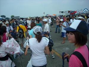 大勢の人々で賑わう横田基地