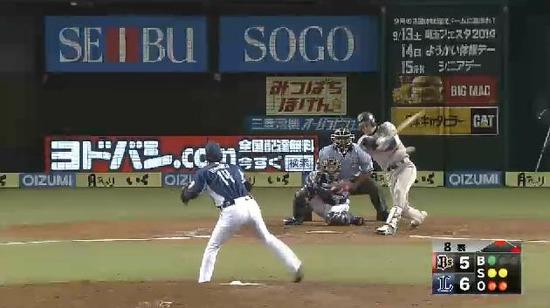 8回表4伊藤ヒット栗山好返球 (1)