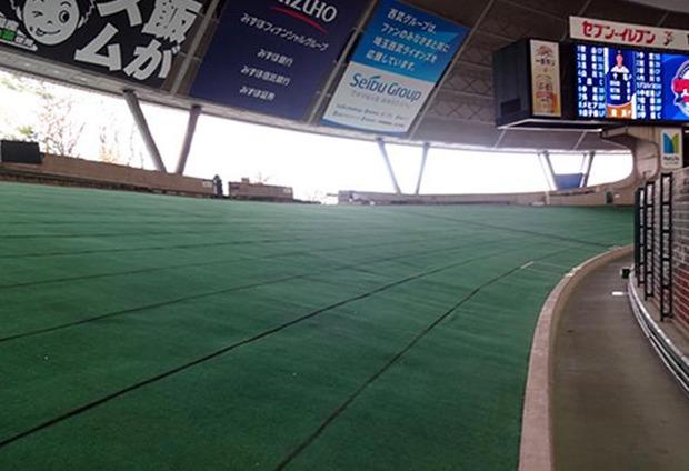 【悲報】西武ドームの外野芝生席、狭い