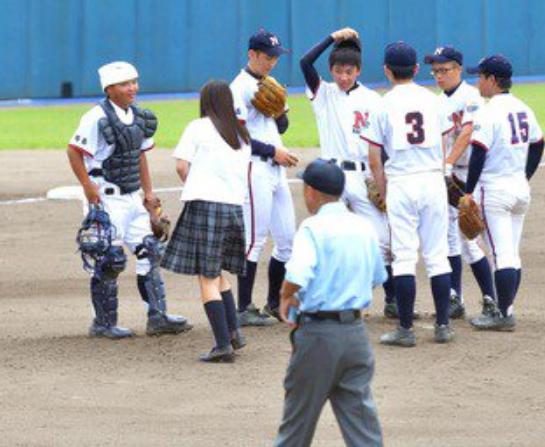 【高校野球】スカート制服女子の伝令に審判員困惑