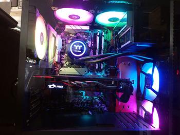 光るパソコン