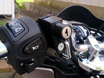 キタコ ヘルメットホルダーの装着画像