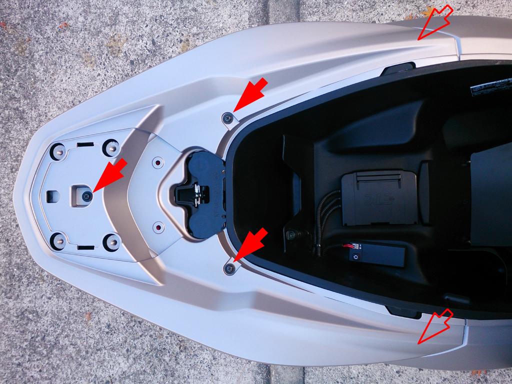 第8話 Pcxの外装脱着 リアカウルの取り外し手順 孤独のpcx Pcx150 Kf18 2014年式 のカスタムブログ