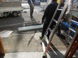 シャッター復旧工事シャッター材料搬入