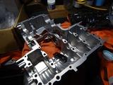 闇を抱えたエンジン組立仕込み作業 (6)