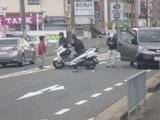 スクーターと車2台の事故発生 (1)